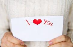 Pocztówka dla walentynka dnia w dziewczyn rękach Zdjęcie Stock