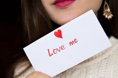 Pocztówka dla walentynka dnia w dziewczyn rękach Zdjęcie Royalty Free