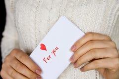 Pocztówka dla walentynka dnia w dziewczyn rękach Obraz Royalty Free