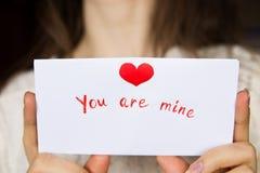Pocztówka dla walentynka dnia w dziewczyn rękach Zdjęcia Stock