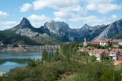 Pocztówka krajobrazowy widok miasteczko Riaño, Leà ³ n, Hiszpania z Cantabrian górami w tle Zdjęcie Royalty Free