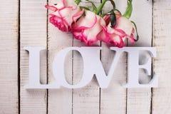 Pocztówka z eleganckimi kwiatami i słowo miłością Fotografia Royalty Free