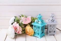Pocztówka z pastel świeczkami w lampionie na bielu i kwiatami Obrazy Royalty Free