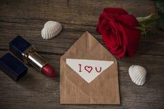 Pocztówka z tekstem kocham ciebie, czerwonej pomadkę, róża kwiatu i jej, Obrazy Stock
