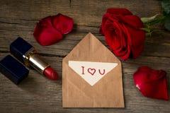 Pocztówka z tekstem kocham ciebie, czerwonej pomadkę, róża kwiatu i jej, Obraz Royalty Free
