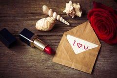 Pocztówka z tekstem kocham ciebie, czerwonej pomadkę, róża kwiatu i jej, Obrazy Royalty Free