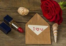 Pocztówka z tekstem kocham ciebie, czerwonej pomadkę, róża kwiatu i jej, Zdjęcia Stock