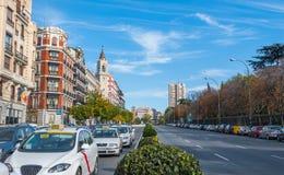 Pocztówki od Hiszpania Taxi w ruchu drogowym czekać na światło na Alica ulicie w Madryt, Hiszpania Fotografia Royalty Free
