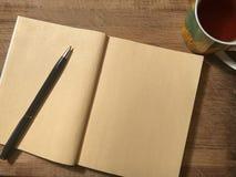 Pocztówkowy lub nutowy papier z notatnikiem na drewnianym brown tle Zdjęcia Stock