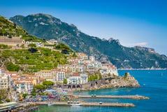Pocztówkowy widok Amalfi, Amalfi wybrzeże, Campania, Włochy Zdjęcia Stock
