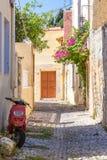 Pocztówkowy widok wąska ulica z motocyklem Fotografia Royalty Free