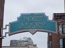 Poczta alei Neonowy znak przy szczupaka miejsca rynkiem Zdjęcie Royalty Free