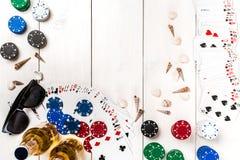 Poczta blogu ogólnospołeczny medialny grzebak Sztandaru szablonu układu mockup dla onlinego kasyna Drewniany bielu stół, odgórny  Zdjęcia Stock