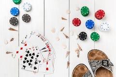 Poczta blogu ogólnospołeczny medialny grzebak Sztandaru szablonu układu mockup dla onlinego kasyna Drewniany bielu stół, odgórny  Obraz Stock