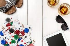 Poczta blogu ogólnospołeczny medialny grzebak Sztandaru szablonu układu mockup dla onlinego kasyna Drewniany bielu stół, odgórny  Zdjęcie Royalty Free