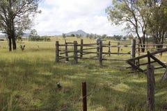Poczta i sztachetowy ogrodzenie obrazy stock