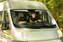 Pocztowej dostawy kuriera mężczyzna przejażdżki ładunku samochód dostawczy Zdjęcie Royalty Free