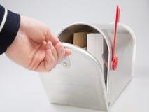 Poczty skrzynki pocztowej listu ręki skład z wizerunkami ludzkie ręk koperty i klasyk srebna skrzynka pocztowa obraz stock