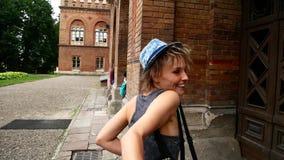 Podąża ja Młoda Kobieta Prowadzi mężczyzna przygoda w Nieprzyzwyczajonym Europejskim mieście zbiory wideo
