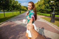 Podąża ja, Piękni młoda kobieta chwyty ręka mężczyzna Obrazy Royalty Free