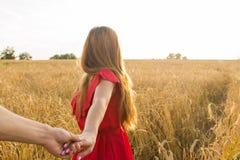 Podąża ja, Piękni młoda kobieta chwyty ręka mężczyzna w pszenicznym polu Obraz Stock