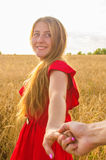 Podąża ja, Piękni romantyczni młoda kobieta chwyty ręka mężczyzna w pszenicznym polu Obraz Stock