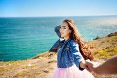 Podąża ja tam Piękna młoda kobieta trzyma mężczyzna ` s rękę i wskazuje idyllicznego miejsce relaksować Najlepszy przyjaciel par Obrazy Royalty Free