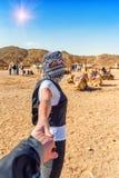 Podąża ja z dziewczyną w pustyni zdjęcia royalty free