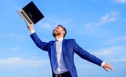 Podąża twój interesy Biznesmena formalny kostium podąża laptop Sen Mężczyzna inspirujący trzyma laptop nad on fotografia stock