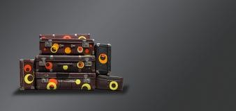 Podławego rocznika Antyczne walizki na ciemnym tle Pojęcie t obrazy stock