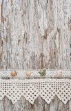 Podławy modny tło z seashells i koronkowa tkanina na starym zalecamy się Zdjęcie Royalty Free