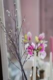 Podławy szyka domu projekt Piękny dekoracja stół z świeczkami, kwiaty przed lustrem Zdjęcie Stock