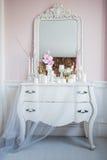 Podławy szyka domu projekt Piękny dekoracja stół z świeczkami, kwiaty przed lustrem Zdjęcie Royalty Free