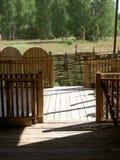 Podłoga robią drewniane deski drewnianym ogrodzeniem, otacza Fotografia Stock