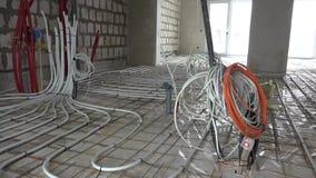 Podłogowego ogrzewania drymby i elektryczność druty przy budową nowy dom zbiory