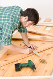 podłogowy domowego ulepszenia target1059_0_ mężczyzna drewniany Obraz Royalty Free