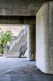 Pod autostradą, Miastowa miasto scena z schodkami Obraz Stock