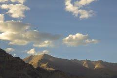 Pod białymi chmurami cienie na górach fotografia royalty free
