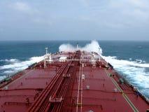 Pod biel chmurami i niebieskim niebem, denny żeglowanie przez zbiornikowiec do ropy, VLCC łączył obraz stock