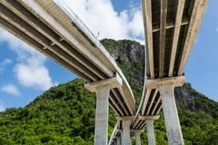 Pod bridżową autostradą z niebieskim niebem i górą Zdjęcie Royalty Free
