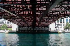 Pod Chicago mostem na jaskrawym słonecznym dniu Obrazy Royalty Free