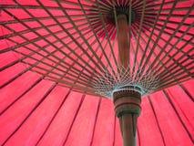 Pod czerwonym parasolem Obrazy Stock