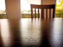 Pod exposé drewniana łomotu stołu powierzchnia i drewniany krzesło fotografia stock