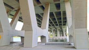 Pod flyover mostem w Singapur Zdjęcia Royalty Free