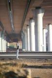Pod mostem na słonecznym dniu, ulica Obrazy Royalty Free