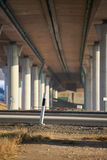Pod mostem na słonecznym dniu, ulica Fotografia Stock