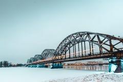 Pod mostem Riga, Latvia - kolejowy most - obrazy royalty free