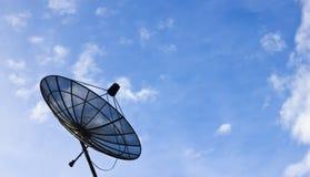 Pod niebieskim niebem anten satelitarnych anteny Zdjęcia Royalty Free