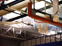 pod obręczem koszykówki Zdjęcie Royalty Free