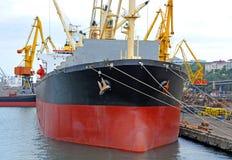 Pod portu żurawiem ładunku masowy statek zdjęcie royalty free